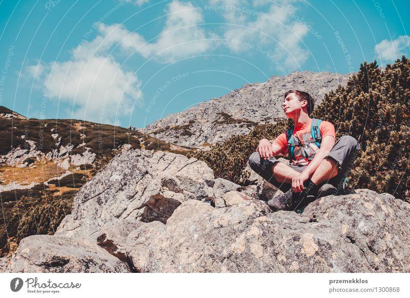 Junge, der auf einem Felsen in den Bergen stillsteht Lifestyle Ferien & Urlaub & Reisen Ausflug Abenteuer Freiheit Sommer Berge u. Gebirge wandern 1 Mensch