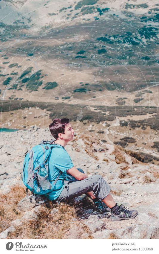 Junge, der auf einem Gebirgspfad stillsteht Lifestyle Ferien & Urlaub & Reisen Ausflug Abenteuer Freiheit Sommer Sommerurlaub Berge u. Gebirge wandern 1 Mensch