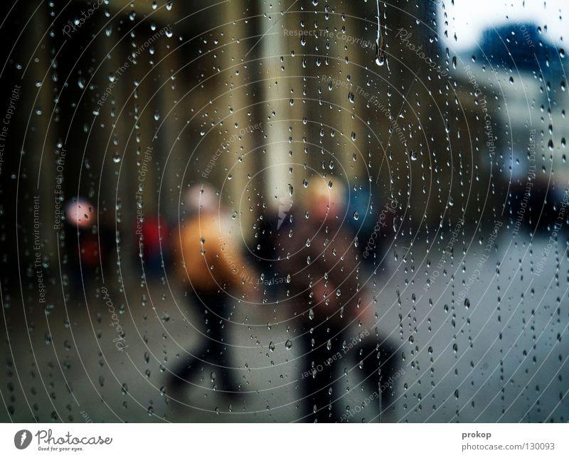 Sightseeing - II Attraktion Stadt schlechtes Wetter Regen fahren Nieselregen Regenschirm Mensch Fußgänger Bewohner gehen stehen Flucht feucht nass kalt Herbst
