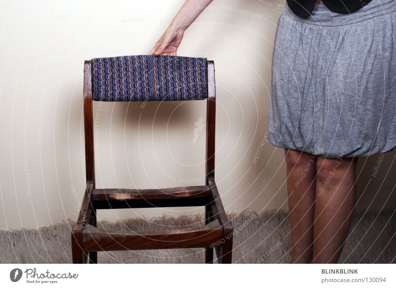Platz Frau Hand weiß schwarz Wand Holz grau Mauer Beine braun Raum Arme Bekleidung stehen Stuhl berühren