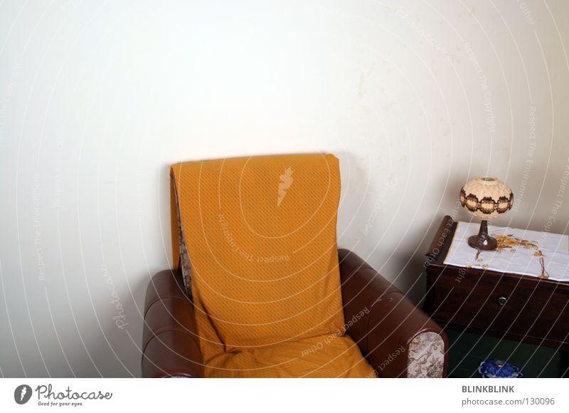 Senf Sessel Sofa gemütlich Wohnzimmer gelb Umhang Decke Lampe braun Bieder beige Leder Wand Licht Tischlampe Möbel Schublade mustard alt altmodisch