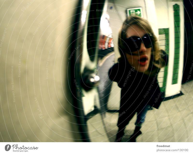 spiegelei London Underground U-Bahn Tunnelblick tief Zukunft Zeit Zeitreise Fluchtpunkt dunkel Großbritannien unterwegs Unschärfe Frau schwarz Sonnenbrille