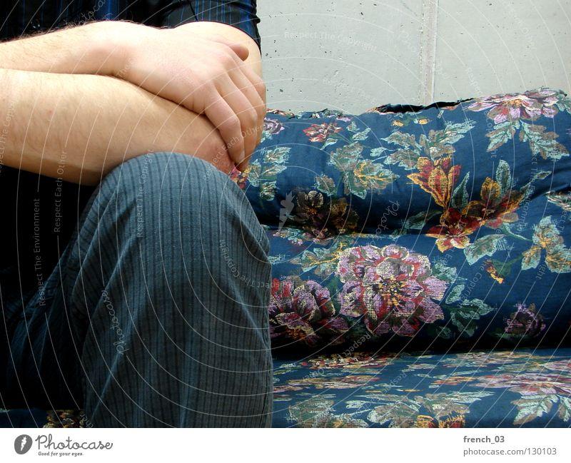 Schnitt durch den Schritt schreiten Unterleib Physis Hemd Hose bescheuert Streifen gestreift Arme Hand hell weiß Sofa hässlich Finger Blume Kissen retro