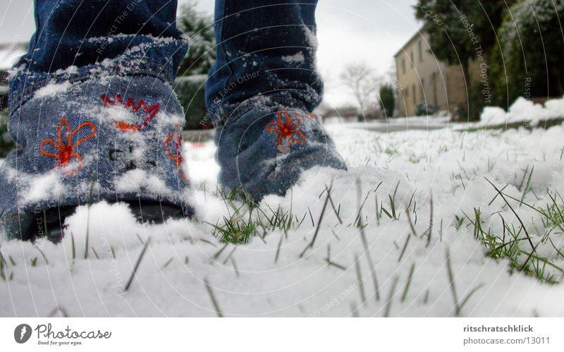 erster schneee Mensch Schnee Gras Beine Hose