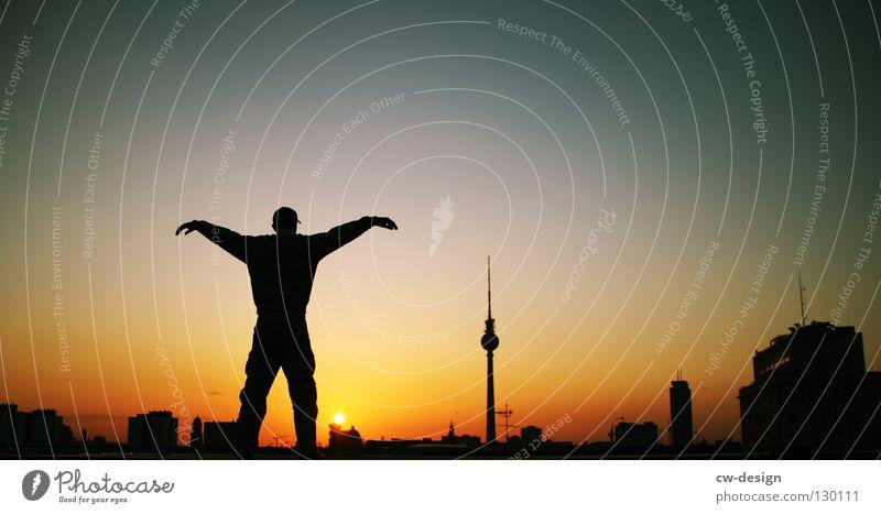 UND SEXY. Farbfoto mehrfarbig Außenaufnahme Textfreiraum links Textfreiraum rechts Textfreiraum Mitte Abend Dämmerung Nacht Silhouette Sonnenlicht Sonnenaufgang