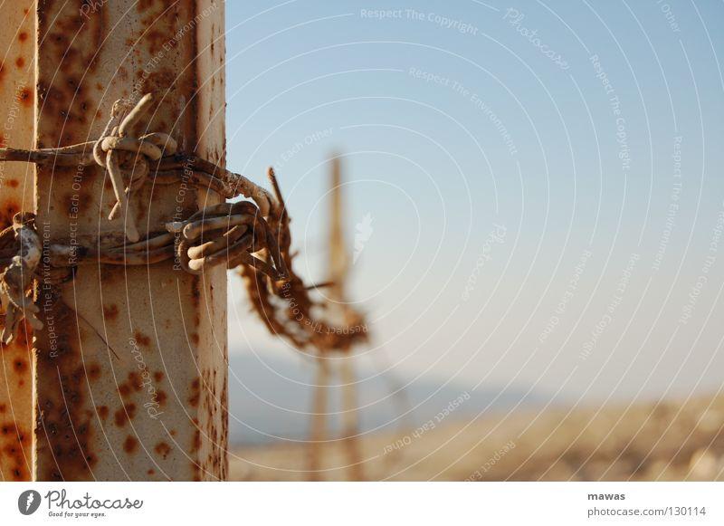Rostiger Stacheldraht Metall Wüste Asien Rost eng gefangen Draht Stacheldraht Jordanien