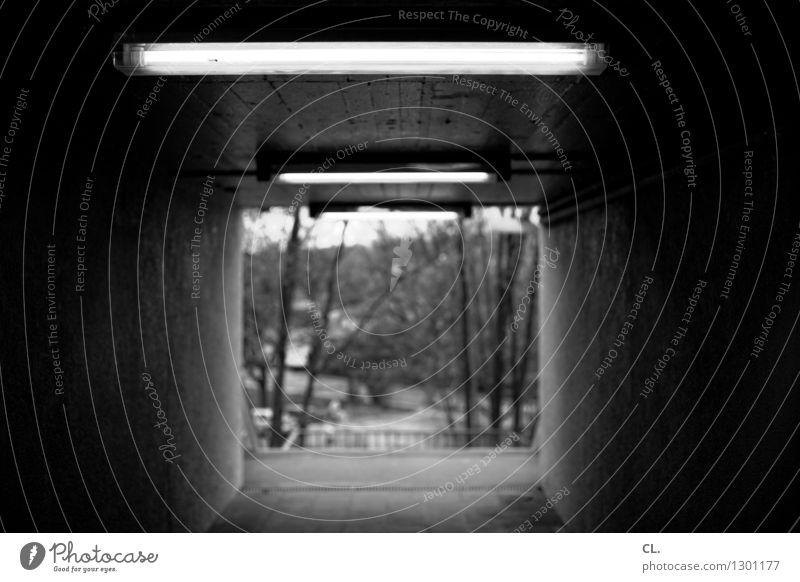 da musst du durch Umwelt Natur Menschenleer Tunnel Mauer Wand Neonlicht bedrohlich dunkel Angst Platzangst Perspektive Ziel Schwarzweißfoto Außenaufnahme Tag