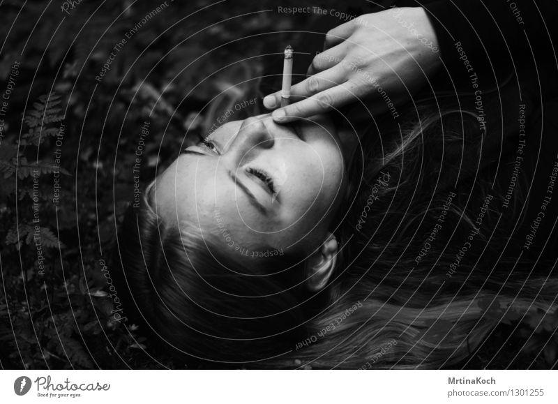Rauchen II. Mensch feminin Junge Frau Jugendliche Erwachsene 1 Coolness Gelassenheit ruhig Zufriedenheit Stress Erholung erleben Erotik Gefühle geheimnisvoll