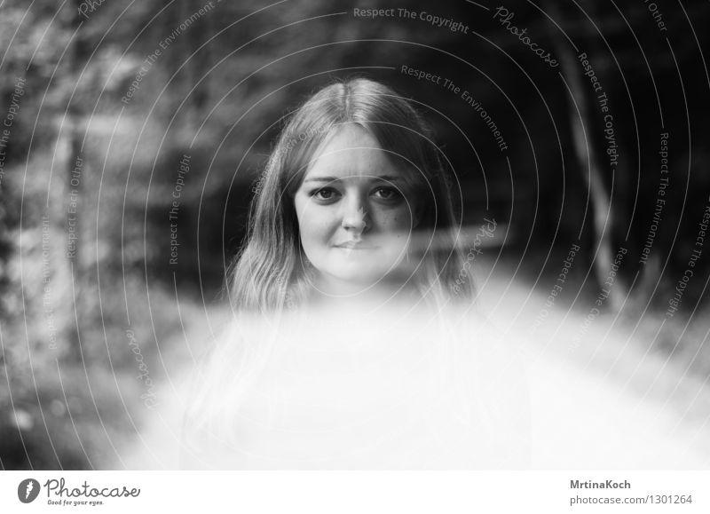 watch me rise. Mensch Frau Natur Jugendliche Junge Frau Wolken 18-30 Jahre Wald Erwachsene feminin Kopf Freundschaft Zufriedenheit 13-18 Jahre Schutz