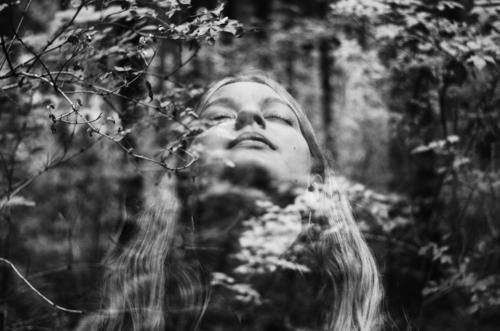 love again. feminin Junge Frau Jugendliche Erwachsene 1 Mensch 18-30 Jahre Natur Frühling Sommer Pflanze Baum Sträucher Park Wald Zufriedenheit Tapferkeit