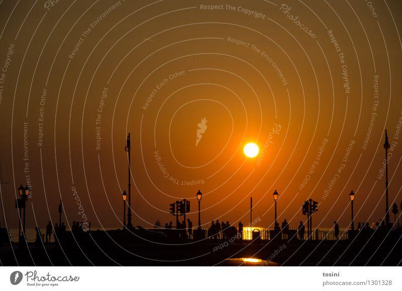 In der Dämmerung IV Mensch Menschengruppe Wasser Sonne Sonnenaufgang Sonnenuntergang Sonnenlicht maritim Brücke Brückengeländer Straßenbeleuchtung