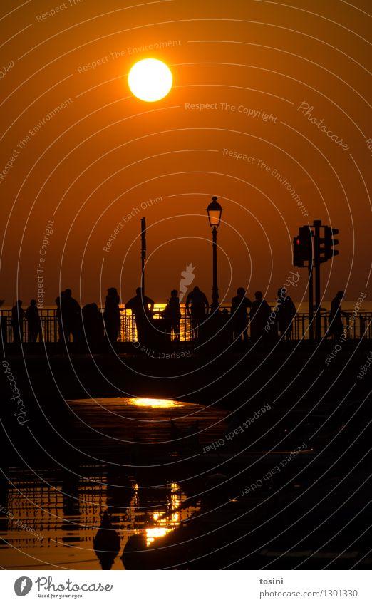 In der Dämmerung I Mensch Menschengruppe Wasser Sonne Sonnenaufgang Sonnenuntergang Sonnenlicht maritim Brücke Brückengeländer Straßenbeleuchtung Abenddämmerung