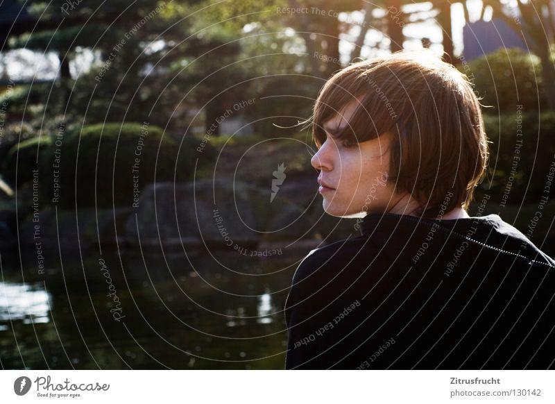 der große denker Mensch Mann Jugendliche Gesicht Traurigkeit Denken Park Beleuchtung Deutschland Trauer Konzentration Langeweile Verzweiflung unterwegs