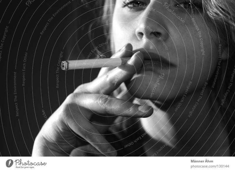 Nichts als Rauch. Frau Jugendliche gefährlich Junge Frau Rauchen festhalten Krankheit brennen Gesichtsausdruck Zigarette Anschnitt Lebensgefahr Frauengesicht