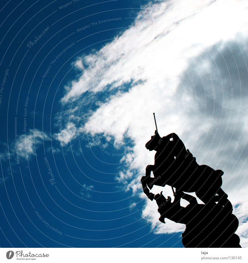 Georgsbrunnen St. Georg heilig Marburg Statue Denkmal Pferd Drache kämpfen Wolken Himmel Brunnen Sonne Kontrast bedrohlich Sommer