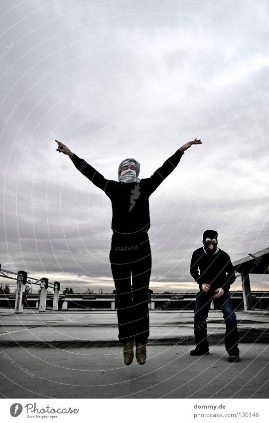 BlackHead & Turbano Mann Kerl stehen parken Parkdeck Parkplatz Parkhaus Dach Wand Wolken Finger Hand Dieb verpackt 2 Paar springen hüpfen Fahrbahn Tür Wetter