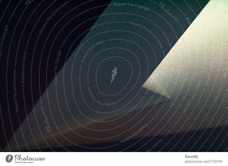 Ein Bild mit Geraden und Winkeln Geometrie Ecke Licht dunkel schwarz weiß Flur verkehrt negativ Detailaufnahme Schwarzweißfoto winklig verwinkelt Linie