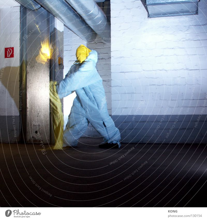 ignite Geschwindigkeit grau-gelb springen Anzug Schutzanzug verdunkeln Garage Tiefgarage Parkhaus Parkplatz Lüftung Asphalt zünden zündeln brennen Gasbrenner