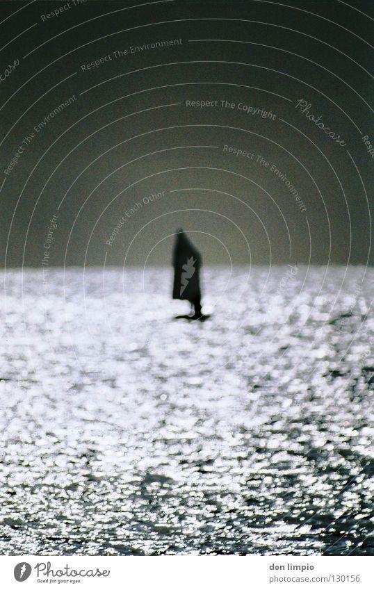 focus off Meer Segeln Wasserfahrzeug Unschärfe grau analog bearbeitet Gegenlicht Wassersport