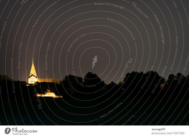 Leuchtturm Stadt alt rot dunkel schwarz gelb Beleuchtung Religion & Glaube Deutschland hell Spitze Europa Kirche historisch Bauwerk Sehenswürdigkeit