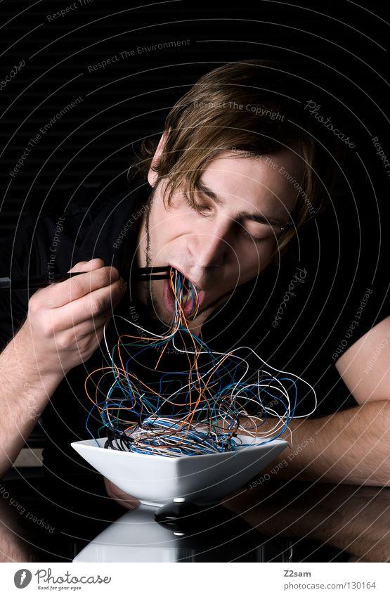 kabelsalat Mensch Mann schwarz Essen Stil grau Kopf Wohnung maskulin Glas Ernährung Tisch genießen Zukunft Mund Kabel