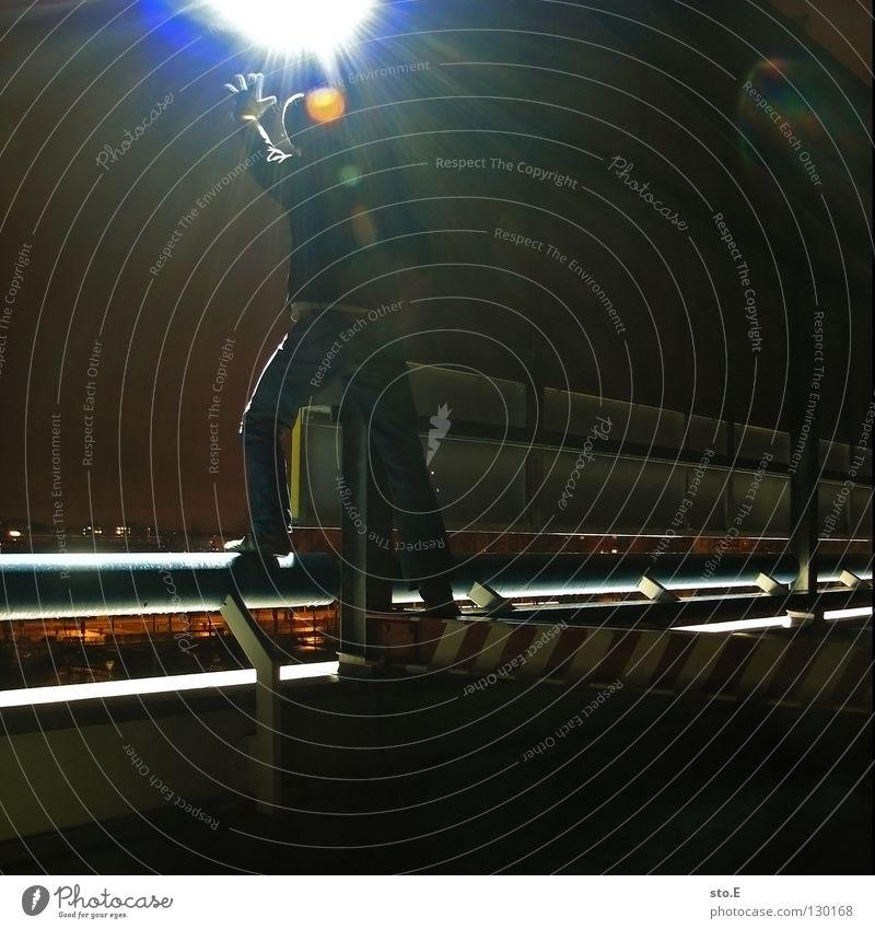 dark | glaring Kerl Körperhaltung Nacht dunkel schwarz Licht Kunstlicht Lampe Parkdeck parken Handschuhe Mütze glänzend Mitternacht Aussicht Ferne genießen kalt