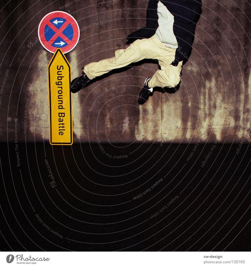 dark | subground battle II Jugendliche Nachtaufnahme Erkenntnis nass feucht Notausgang Beton hocken Trauer Verzweiflung Winter Herbst Design Symbole & Metaphern