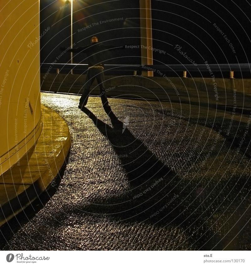 dark | to shadow Mensch Stadt schwarz Ferne kalt dunkel Metall Lampe Beleuchtung glänzend Perspektive Körperhaltung Aussicht Mütze Verkehrswege genießen