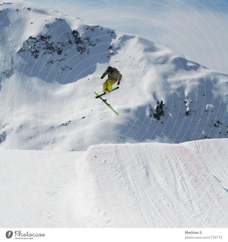 Wer hoch fliegt, kann tief fallen Wolken Freude Winter Berge u. Gebirge Schnee Stil Sport Spielen fliegen springen Freizeit & Hobby Luft frei gefährlich Alpen