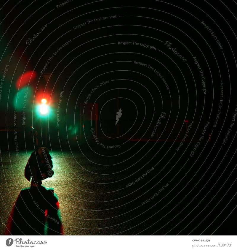 dark | glaring traffic lights rot grün gelb schwarz weiß Ampel Nachtaufnahme Erkenntnis nass feucht Notausgang Beton hocken Trauer Verzweiflung Winter Herbst
