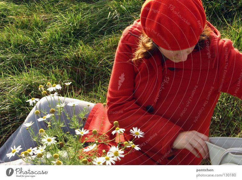 . Frau Hand Blume grün rot Wiese Erwachsene Nase Suche Finger Bekleidung Ausflug sitzen Hose Neugier Mütze