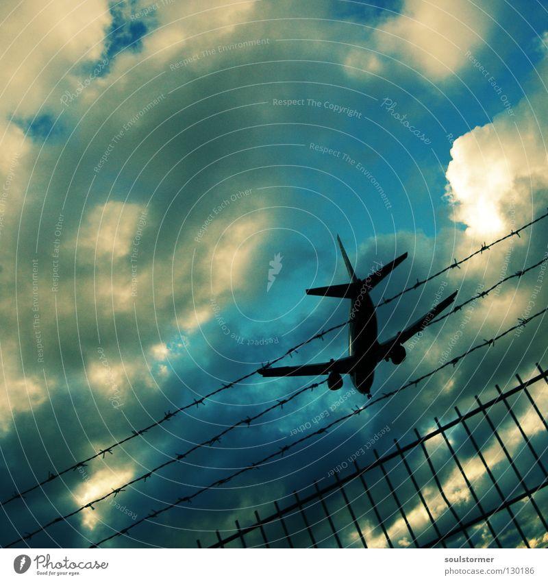 Absturz Himmel blau Ferien & Urlaub & Reisen Wolken Erholung braun fliegen Flugzeug Beginn Flügel Ende Mitte Flughafen Flugzeuglandung zurück kommen