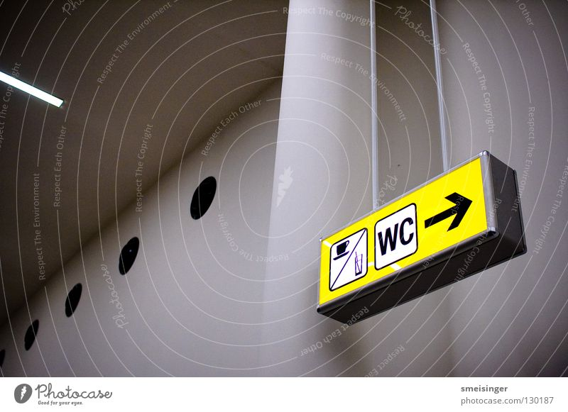 Müßiggang Licht gelb Hinweisschild weiß kalt Information Flughafen Buchstaben Schriftzeichen Uwe Toilette Raum hoch Schilder & Markierungen Pfeil Wegweise Säule