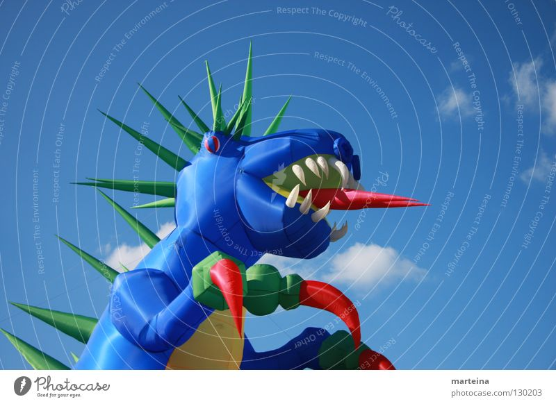 Drache Tier Luft Spielzeug Spielen Himmel Statue Hüpfburg blau Gebiss Brand Drachen steigen lassen Blick Himmelsleiter Kindheit