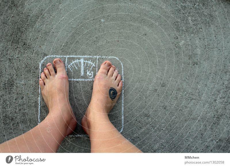 Problemzonen schön Gesundheit Gesunde Ernährung Fitness Übergewicht Wohlgefühl Zufriedenheit Leben Beine Fuß Waage Kreide Beton Diät grau Laster Willensstärke
