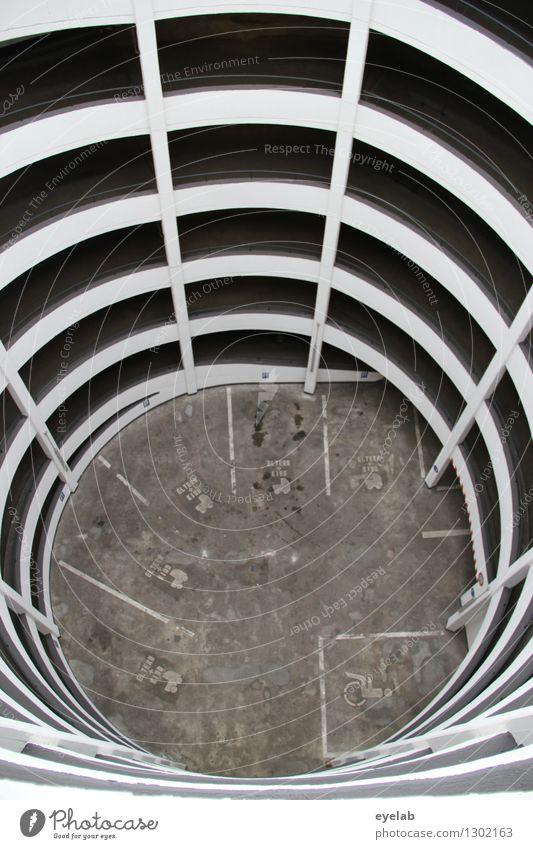 Gefangen im Netz der Parkspinne Stadt weiß Haus Straße Architektur Wege & Pfade Gebäude grau Fassade PKW Verkehr trist Hochhaus hoch Turm Ziffern & Zahlen