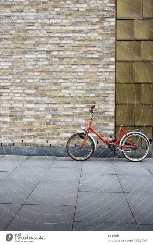 Mehr Spass ohne Sattel II Stadt alt Haus Wand Straße Architektur Wege & Pfade Gebäude Mauer klein grau braun Fassade orange Tür Verkehr