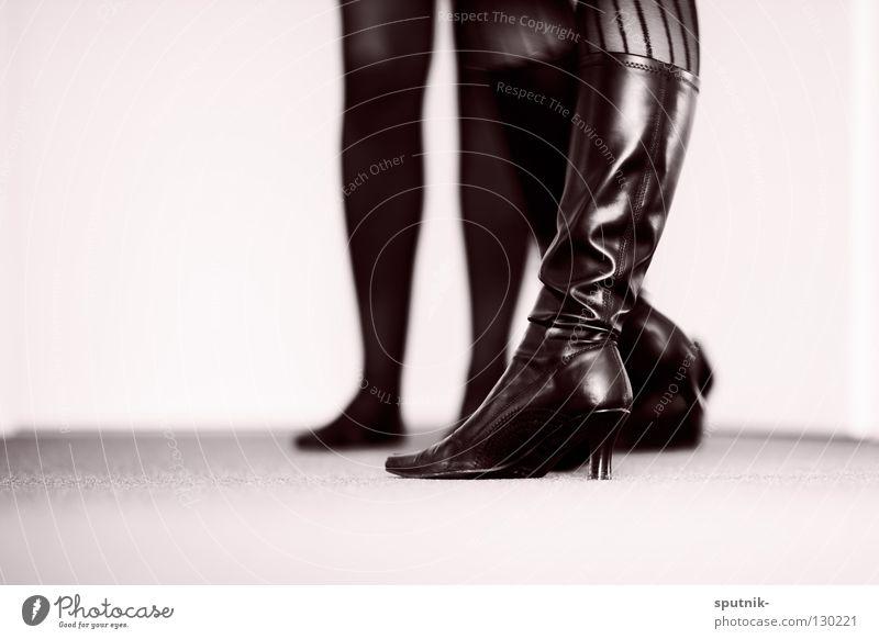 fade to black Frau weiß schön schwarz Kraft Macht Stiefel Lust Strumpfhose Leder Begierde Treppenabsatz Damenschuhe Domina