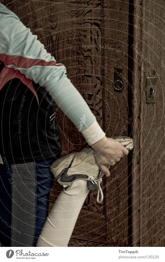Deeeehnung am Schrank Joggen Schuhe Turnschuh Trainingshose Turnhose dehnen heizen Marathon Halbmarathon Bewegung dünn Knie Hand Dehnübung Bekleidung Strümpfe