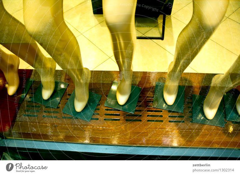 Beine Fuß Knie Wade nackt Weiblicher Akt Spitze Schuhe Schaufenster frisch zeigen Mode Schuhgeschäft Schuhmarken Model schön Fensterscheibe Schaufensterpuppe