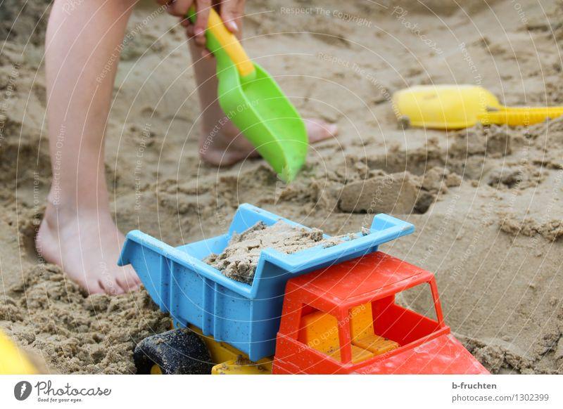 Sandkasten Spielen Strand Kind Beine 3-8 Jahre Kindheit Spielzeug Freizeit & Hobby Freude Schaufel baggern Lastwagen graben Farbfoto Außenaufnahme