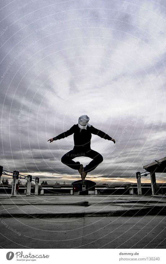 dragon Mann Kerl Hose Hemd Turban parken Park Parkdeck Parkhaus Dach Wolken springen hüpfen Fahrbahn turbano vermummen verkleiden parkdach Elektrizität fliegen