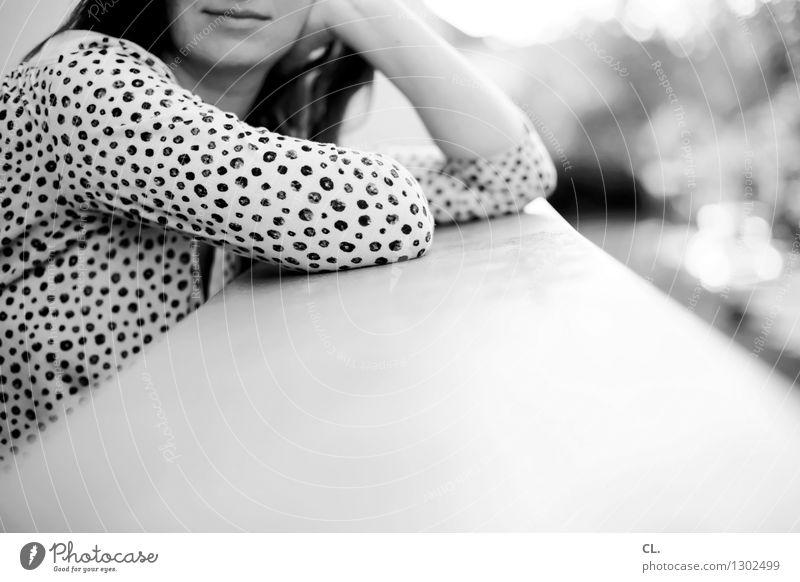 schöner schnitt Mensch Frau Erholung Erwachsene Leben feminin Wohnung Häusliches Leben Mund Schönes Wetter Balkon Identität Bluse 30-45 Jahre