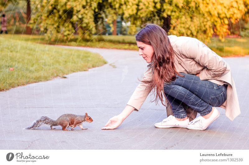 Mädchen und Eichhörnchen feminin Junge Frau Jugendliche 1 Mensch 18-30 Jahre Erwachsene Garten Wildtier Tier Tierjunges Essen Fressen füttern knien Lächeln