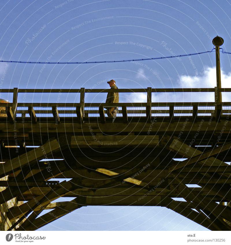 to traverse Mann maskulin Kerl Überqueren Traverse Holz Konstruktion Lampe Laterne Material gehen Spaziergang alt Muster Ordnung Backstein historisch Gestell