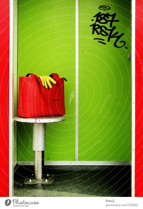 rot-grün Handtasche Handschuhe Leder Selbstportrait eitel Hocker Wand Typographie grell knallig zusätzlich Nervosität Bekleidung Freude Self kamerageil