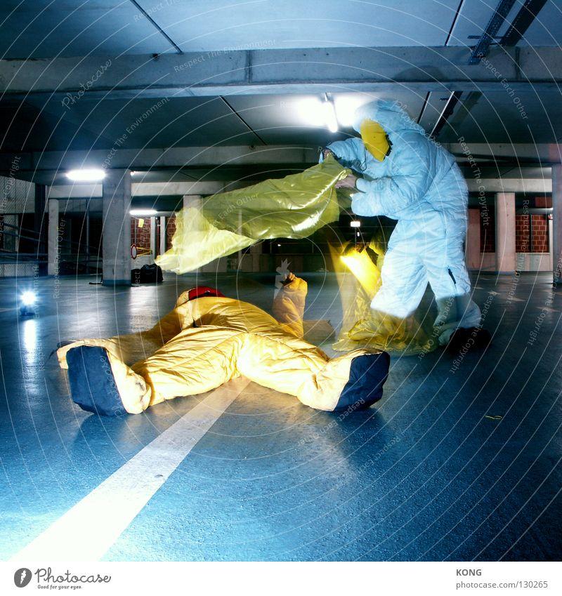 take me to ... Geschwindigkeit grau-gelb springen Anzug Schutzanzug verdunkeln Garage Tiefgarage Parkhaus Parkplatz Asphalt Zauberei u. Magie zudecken Textilien