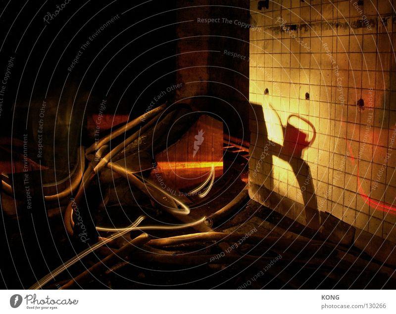im schattn der kanne Kannen gelb Gießkanne Tülle Nacht dunkel Licht Verfall außergewöhnlich Taschenlampe Langzeitbelichtung Hongkong kaputt Beleuchtung obskur