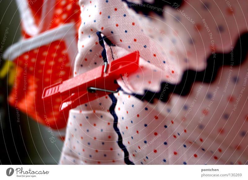 Wäscheklammern befestigt an Beuteln. Muster, Punkte. Farbenfroh. Haushalt Kitsch Krimskrams hängen rosa rot Wand trocknen praktisch nützlich Fleck orange