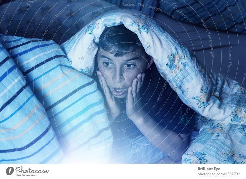 Wer fern sät, wird Sturm ernten Lifestyle Schlafzimmer Mensch maskulin Kind 1 8-13 Jahre Kindheit Fernsehen Fernsehen schauen Filmindustrie Video bedrohlich